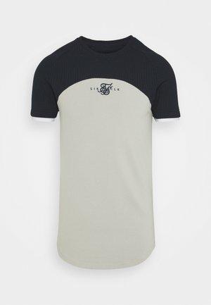 SURFACE TECH TEE - Print T-shirt - navy/grey