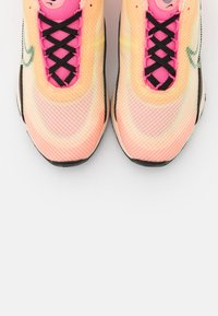 Nike Sportswear - AIR MAX 2090 - Sneakers basse - barely volt/black/atomic pink/pink glow/guava ice/melon tint - 7