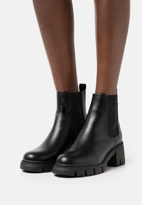 Rubi Shoes by Cotton On - VEGAN KAIA COMBAT GUSSET BOOT - Enkellaarsjes met plateauzool - black smooth - 0