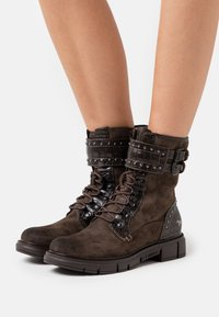 Mustang - Lace-up ankle boots - dunkelbraun - 0