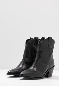 Selected Femme - SLFANNIE CLEAN BOOT - Botki kowbojki i motocyklowe - black - 5