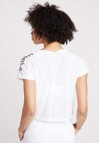 Puma - LOGO GRAPHIC TEE - Print T-shirt - puma white - 2
