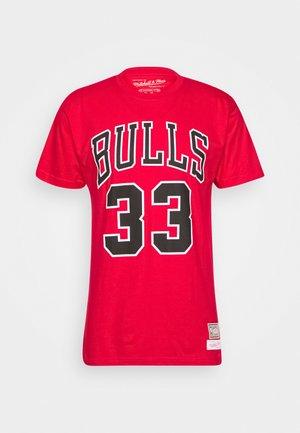NBA CHICAGO BULLS SCOTTIE PIPPEN NAME AND NUMBER TEE - Triko spotiskem - red