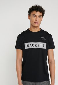 Hackett Aston Martin Racing - AMR HACKETT TEE - T-shirt con stampa - black - 0
