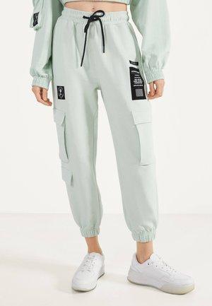 IM CARGOSTIL AUS PLÜSCHGEWEBE  - Spodnie treningowe - turquoise