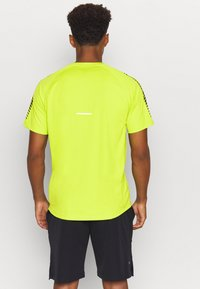 ASICS - ICON - T-shirt con stampa - lime zest/performance black - 2