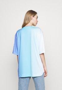 FUBU - VARSITY GRADIENT BASEBALL - Print T-shirt - blue - 2
