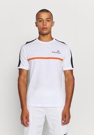 NOLWEN - Print T-shirt - white/orange