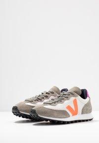 Veja - RIOBRANCO - Trainers - gravel orange/fluo ultraviolet - 4