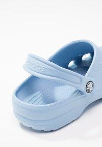 Crocs - CLASSIC - Pantuflas - chambray blue - 6