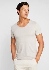Selected Homme - SLHNEWMERCE O-NECK TEE - T-shirts basic - dove melange - 0