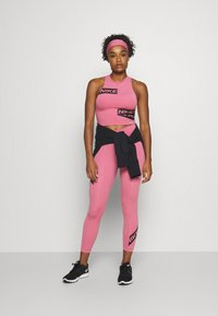 Nike Performance - CROP TROMPE - Camiseta de deporte - desert berry - 1