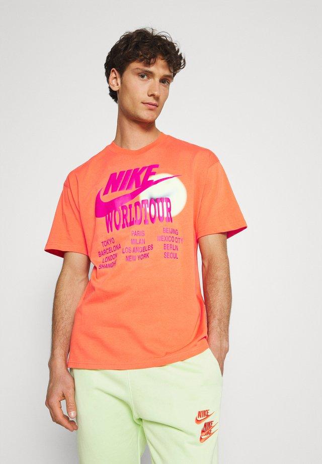 TEE WORLD TOUR - Print T-shirt - turf orange