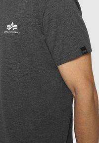 Alpha Industries - BASIC SMALL LOGO - Basic T-shirt - charcoal heather/white - 5