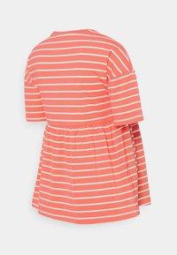 MAMALICIOUS - MLOTEA - T-shirts med print - sugar coral/snow white - 1