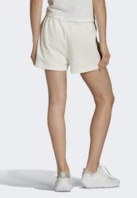 adidas Originals - TENNIS LUXE 3 STRIPES ORIGINALS SHORTS - Shorts - off white - 1