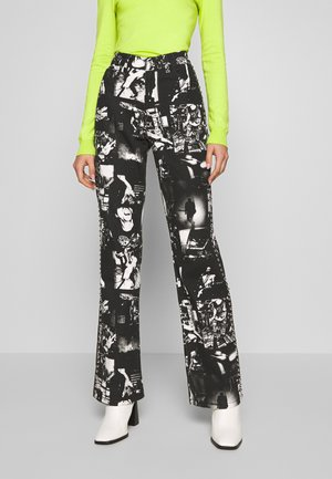 SLOUCHY JEAN WITH STUDDING - Džíny Relaxed Fit - punk rock photograph print