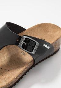 Geox - STHELLAE - Sandály s odděleným palcem - black - 5
