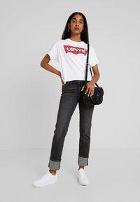 Levi's® - GRAPHIC VARSITY TEE - Print T-shirt - fill white - 1