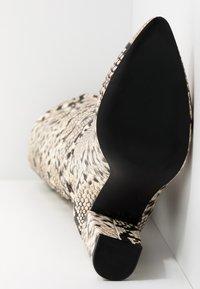 Call it Spring - SLOUCH - Boots med høye hæler - black/white - 6