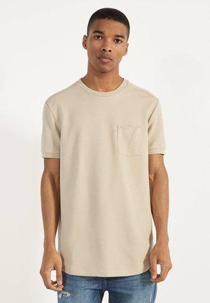 T-SHIRT MIT TASCHE 02389988 - Print T-shirt - beige