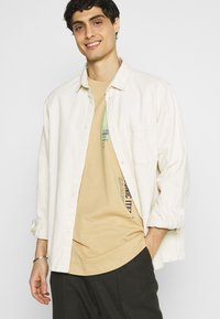 TOM TAILOR DENIM - Print T-shirt - lark beige - 3