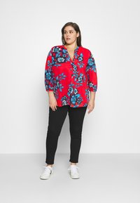 Tommy Hilfiger Curve - VOILE FLORAL BLOUSE - Camicetta - hot house/fireworks - 1