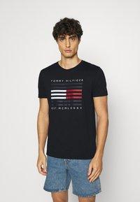 Tommy Hilfiger - CORP FLAG LINES TEE - T-shirt z nadrukiem - blue - 0