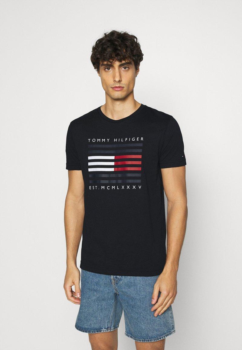 Tommy Hilfiger - CORP FLAG LINES TEE - T-shirt z nadrukiem - blue