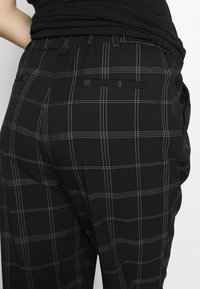Dorothy Perkins Maternity - MATERNITY GRID CHECK ANKLE GRAZER - Trousers - black - 3