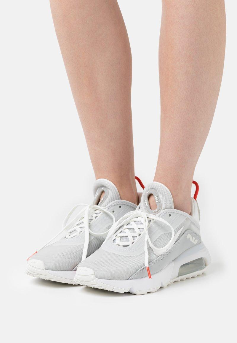 Nike Sportswear - AIR MAX 2090 - Sneakers laag - light smoke grey/summit white/grey fog/white/chile red