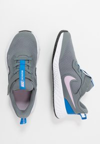 Nike Performance - REVOLUTION 5 - Laufschuh Neutral - smoke grey/iced lilac/white/soar - 0