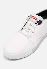 Skechers - PRIZMAX SOLTEN - Sneakers basse - white - 4