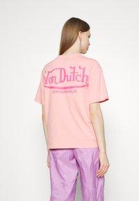 Von Dutch - ARI - Print T-shirt - peach - 3