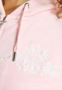 Juicy Couture - ANNIVERSARY CREST  HOODIE - Sweater met rits - almond blossom - 6