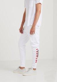 HUGO - DOAK - Pantalon de survêtement - weiß - 0