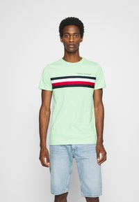 Tommy Hilfiger - GLOBAL STRIPE TEE - T-shirt z nadrukiem - green - 0