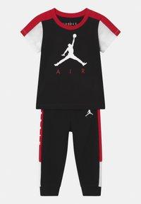 Jordan - AIR TRANSITIONAL SET UNISEX - T-shirt imprimé - black - 0