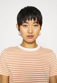 Selected Femme - PERFECT BOX CUT - Print T-shirt - bright white/caramel - 3