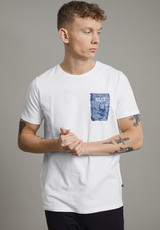 MAJERMANE  - T-shirt con stampa - white