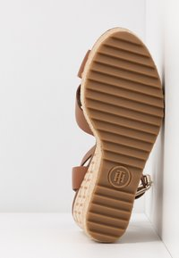 Tommy Hilfiger - TH RAFFIA HIGH WEDGE SANDAL - Sandalias de tacón - summer cognac - 6