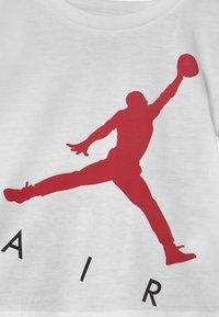 Jordan - JUMPING BIG AIR SET UNISEX - Triko spotiskem - gym red - 3