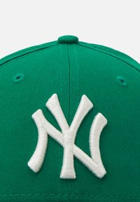 New Era - LEAGUE ESSENTIAL 9FORTY UNISEX - Caps - green/white - 4