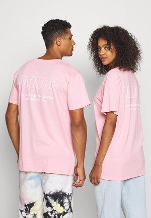 OUTLINE TEE UNISEX - Triko spotiskem - pink