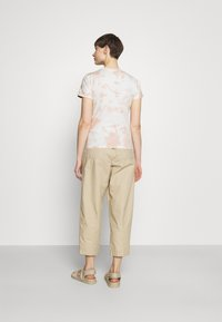 The North Face - NATURAL DYE TEE - T-shirts med print - evening sand/pink - 2