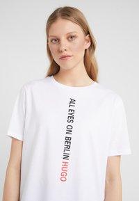 HUGO - DIREOLA - T-shirts print - white - 5