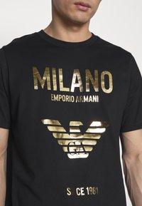 Emporio Armani - T-shirt con stampa - nero - 5