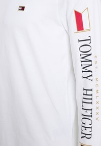 Tommy Hilfiger - MIRRORED FLAGS LONG SLEEVE  - Long sleeved top - white - 2