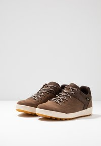 Lowa - OAKLAND GTX - Walking trainers - braun - 2