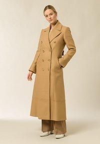 IVY & OAK - MIT DOPPELTER KNOPFREIHE - Zimní kabát - camel - 0